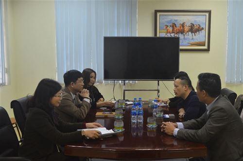Ban giám hiệu nhà trường gặp mặt lãnh đạo Công ty Cổ phần May Sông Hồng