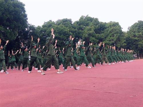 """Khóa học quân sự – """"Kỷ niệm thanh xuân"""" đáng nhớ của sinh viên trường ĐHCN Dệt May Hà Nội"""
