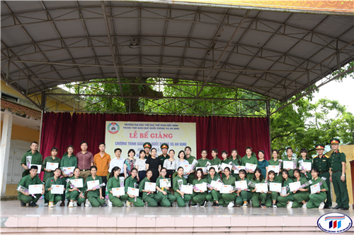 Bế giảng chương trình Giáo dục quốc phòng - An ninh năm học  2019-2020 cho sinh viên đại học khóa 4 HTU