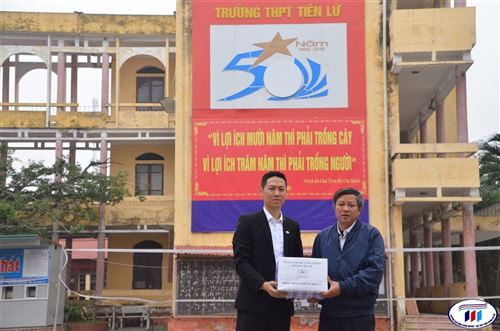 HTU tặng khẩu trang vải kháng khuẩn cho các trường THPT