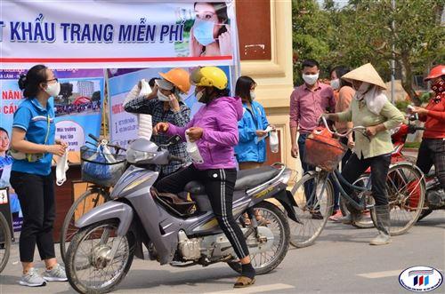 HTU phát khẩu trang vải kháng khuẩn miễn phí cho người dân