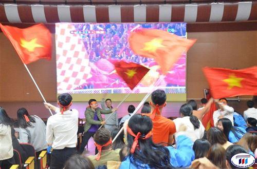 Sinh viên HTU náo nhiệt cổ vũ đội tuyển bóng đá nam U22 Việt Nam