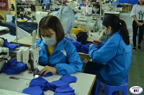 HTU sản xuất và phát miễn phí khẩu trang vải kháng khuẩn