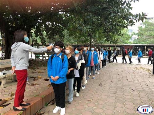 Sinh viên trường Đại học Công nghiệp Dệt May Hà Nội chính thức trở lại Trường sau kỳ nghỉ Tết