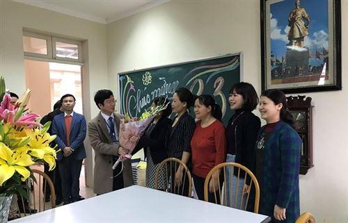 Cán bộ quản lý, giảng viên khoa Công nghệ may chào đón ngày Quốc tế Phụ nữ 8/3/2018