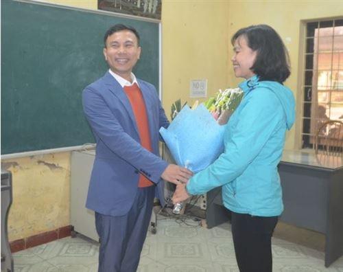 Lãnh đạo trường ĐH Công nghiệp Dệt may Hà Nội chúc mừng  ngày Quốc tế phụ nữ 8-3 khoa Cơ Điện