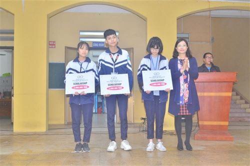 Trường Đại học Công nghiệp Dệt May Hà Nội trao học bổng cho học sinh trường THPT Dương Xá