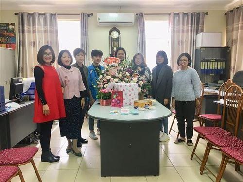 Sinh viên khoa Thời trang hào hứng chúc mừng các cô nhân ngày Quốc tế phụ nữ 8.3.2019