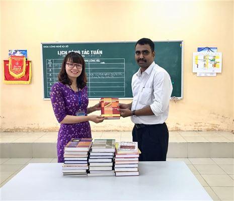 Công ty Lashmi Machine Works Limited tặng giáo trình cho trường Đại học Công nghiệp Dệt May Hà Nội