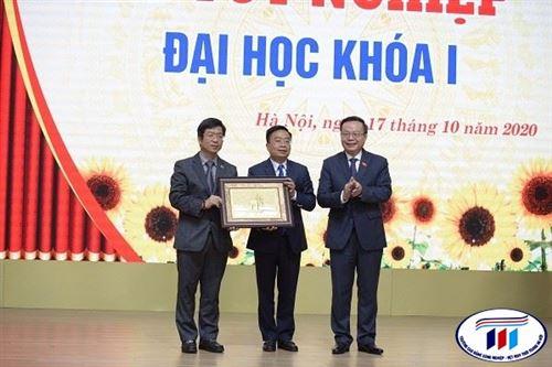 Trường Đại học Công nghiệp Dệt May Hà Nội tổ chức Lễ tốt nghiệp Đại học khóa 1