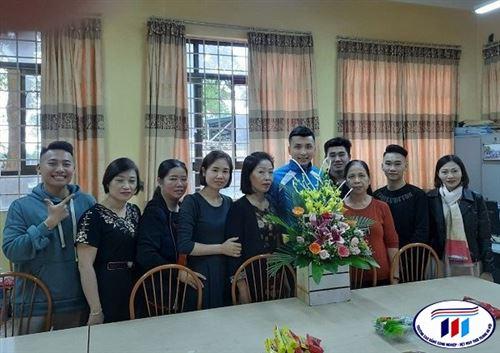 Sinh viên Trung tâm Thực hành may chúc mừng các Cô giáo nhân ngày Phụ nữ Việt Nam 20/10